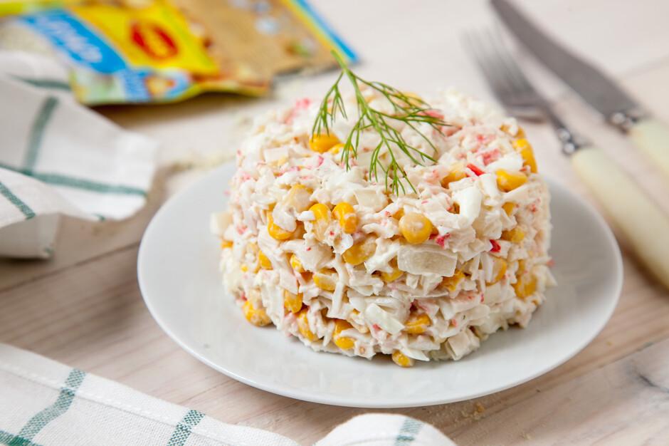 Рецепт салата с кукурузой и крабовыми палочками и огурцом и яйцом