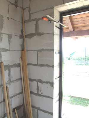 Установка входной металлической двери в пеноблок