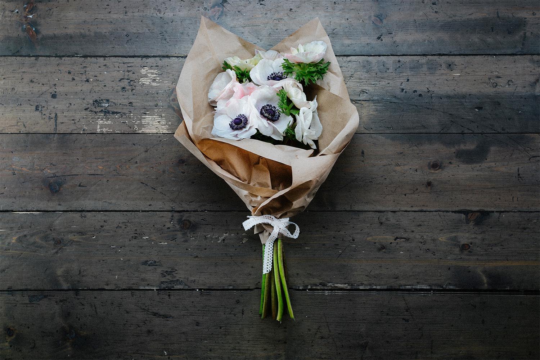 Букеты из цветов в крафте фото