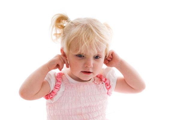 У ребенка болит ухо: что делать, чем лечить?