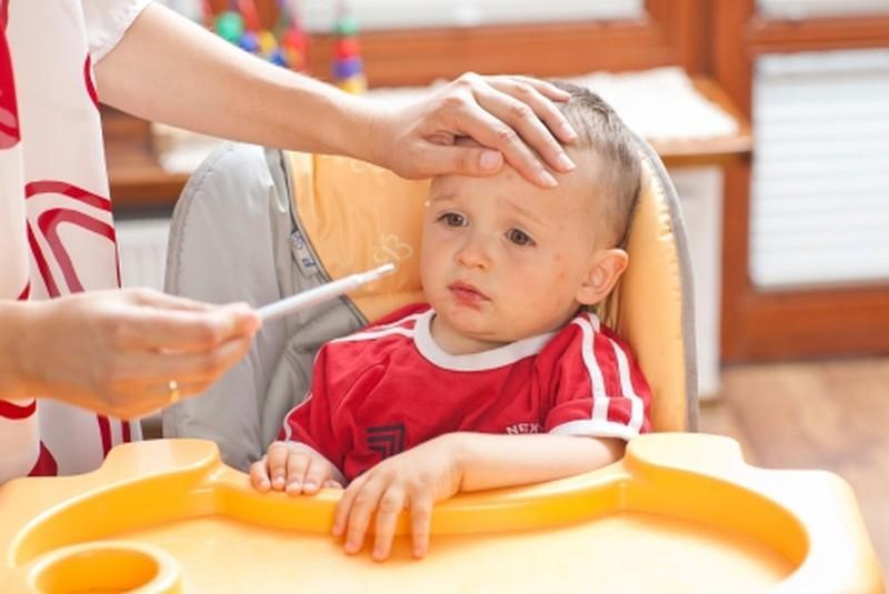 У ребенка болит живот: что можно дать и как
