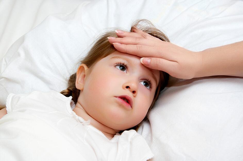 У ребенка болит голова, горло, ноги и температура
