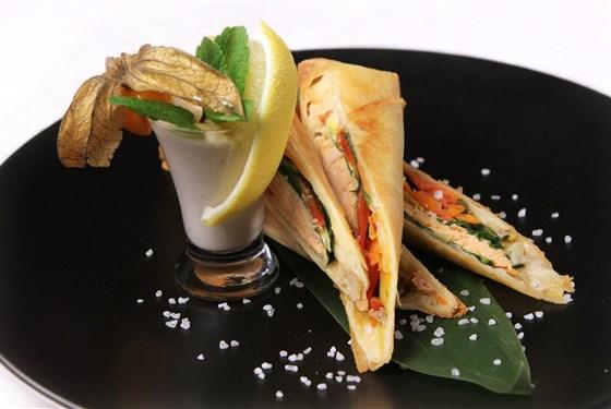 Ресторан Романс - фотография 7 - Спринг- роллы с лососем