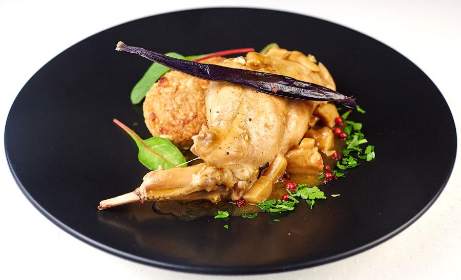 Ресторан Де Марко - фотография 32 - Рагу из кролика с белыми грибами и рисовыми котлетками.