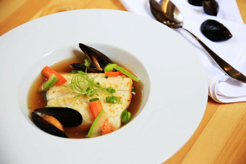 """Ресторан Corner Kitchen & Café - фотография 3 - Филе зубатки в бульоне """"Умами"""""""