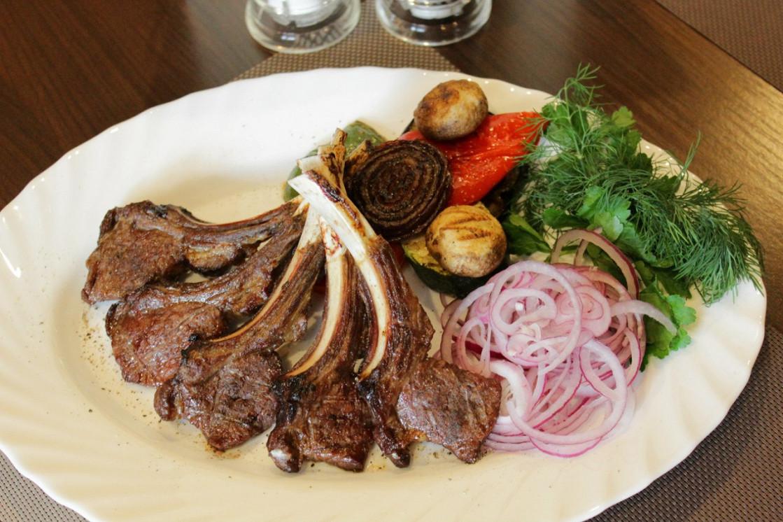 Ресторан Бешбармак - фотография 2 - Каре Ягненка с овощами!