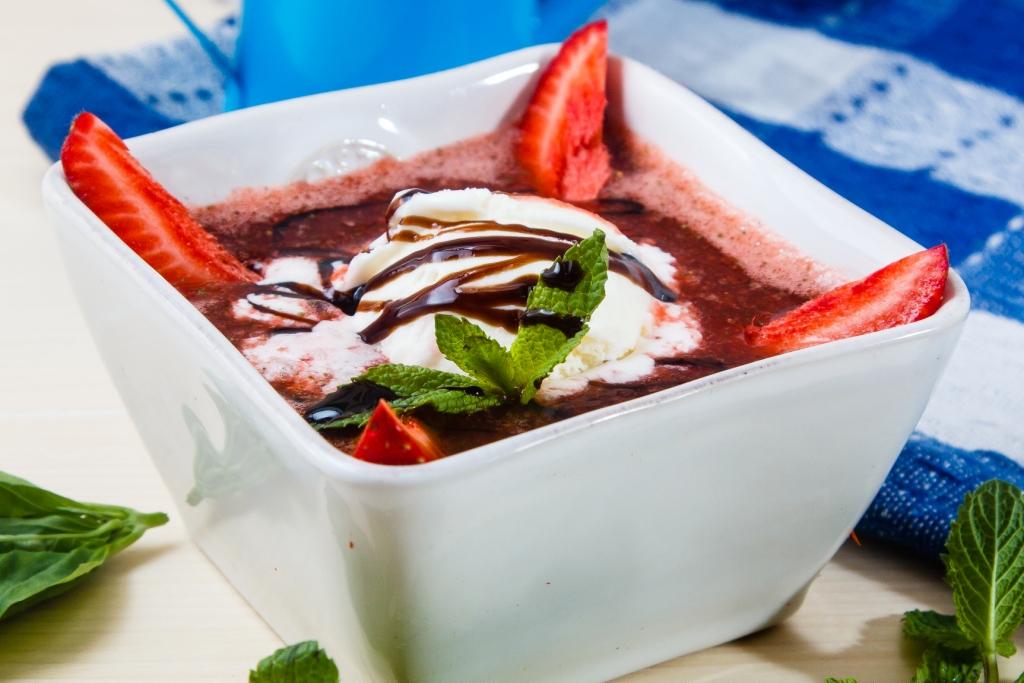 Ресторан Лейка - фотография 5 - Клубничный суп с ванильным мороженым Нежное пюре из спелой сочной клубники с добавлением пикантных специй, подается с шариком ванильного мороженого.