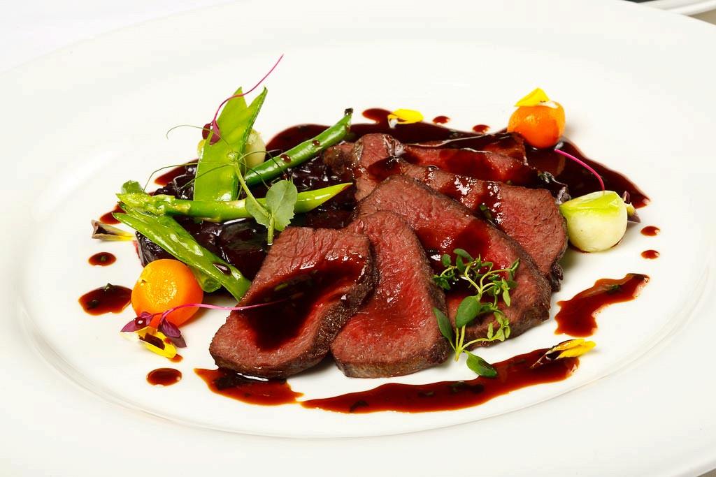 Ресторан G.Graf - фотография 17 - Филе оленя с картофельным гратеном и соусом на взваре из дичи