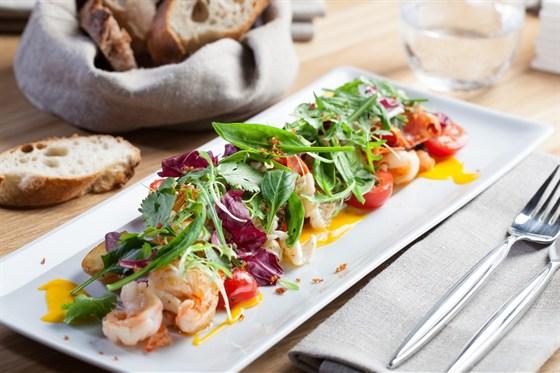 Ресторан Wine Religion - фотография 7 - Теплый салат с креветками, кальмарами и чоризо