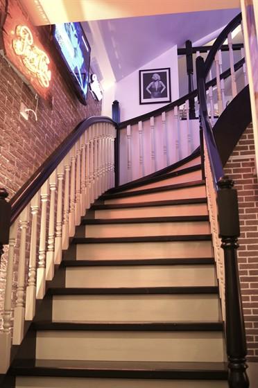 Ресторан Frendy's - фотография 14 - Stairs up to Frendy's