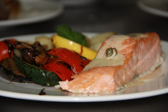 Ресторан Osteria italiana - фотография 3 -  Стейк из норвежского лосося с овощами гриль