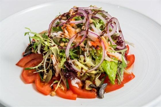 Ресторан Де Марко - фотография 1 - Cалат с крабовым мясом-микс из свежих листьев салата с мясом краба, свежих огурцов, красного лука. выкладывается на карпаччо из томатов с соусом винегрет, кедровыми орешками и кремом из бальзамичнского уксуса.