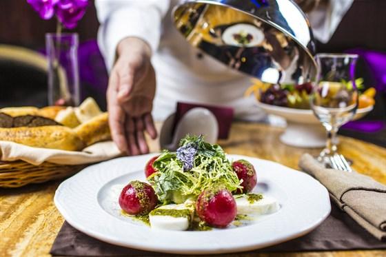 Ресторан Аэрокафе - фотография 7 - Маринованные в травах бакинские помидоры  с сыром Моцарелла и ароматной зеленью