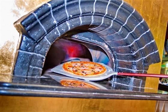 Ресторан La pizzeria - фотография 1 - Приготовление пиццы на ваших глазах
