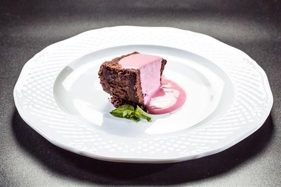 Ресторан Аэрокафе - фотография 15 - Шоколадный мусс - нежный шоколадный бисквит с прослойкой из шоколадного мусса и соусом Маскарпоне.