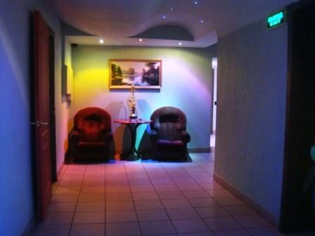 Ресторан Альбатрос - фотография 3 - Холл кафе достаточно просторный. В холле стоят два кресла со столом, два стула со столом и диван на двоих.