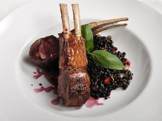 Ресторан Farina Bianca - фотография 11 - Каре ягнёнка с черной чечевицей и винным соусом