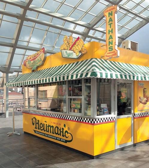 Ресторан Nathan's Famous - фотография 1 - Москва, Земляной вал, 33, ТРК «Атриум», переход к ж/д вокзалу