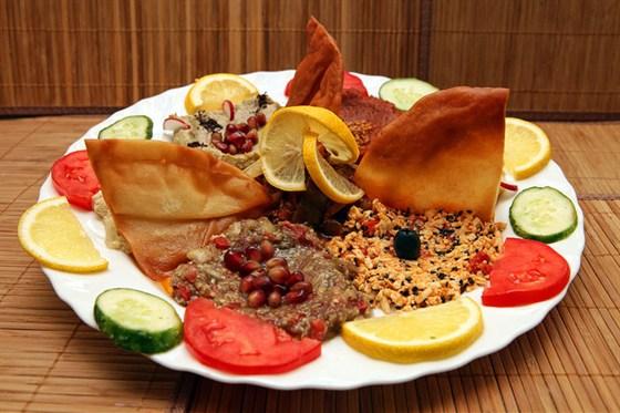 Ресторан Бейрут  - фотография 7 - Маза ливанская - все закуски на одной тарелке. Всего 600 руб!!! Хватает на 3-4 персоны.