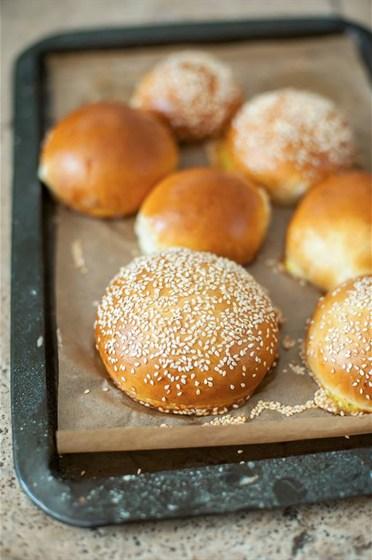 Ресторан Meatball Heaven - фотография 13 - Булочки для бургера собственного изготовления