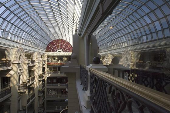 Ресторан У Кремля - фотография 1 - Ресторан расположен на последнем этаже Никольского пассажа, по периметру, занимает весь этаж.
