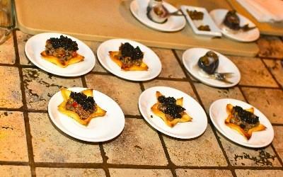 Ресторан Blackberry - фотография 9 - Звезды, фаршированные тар-таром из сардин с черной икрой