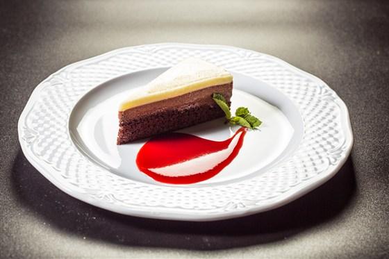 Ресторан Аэрокафе - фотография 14 - Трио шоколад -нежный шоколадный бисквит с тремя шоколадными муссами - горьким, молочным и белым.