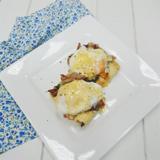 Ресторан Teabakery - фотография 10 - Яйца Бенедикт с беконом