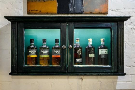 Ресторан Whisky Rooms - фотография 9 - виски-шкаф