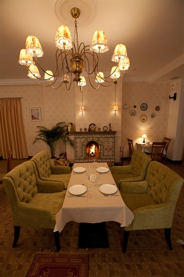 Ресторан Гармошка - фотография 11 - Нет ничего лучшего, как холодным вечером расположиться у камина, весело потрескивающим дровами.