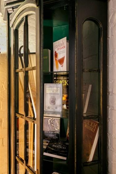 Ресторан Whisky Rooms - фотография 7 - библиотека