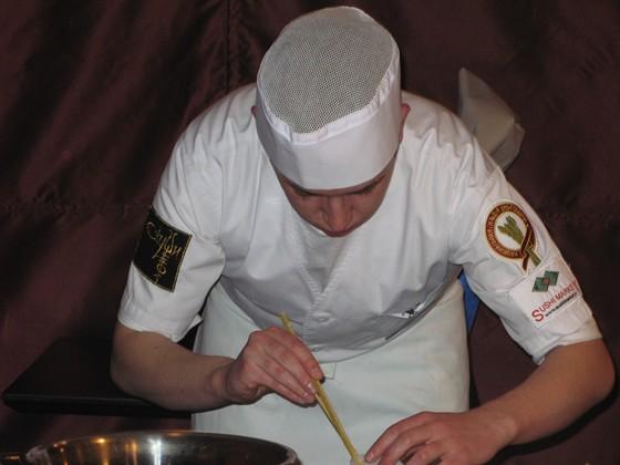 """Ресторан Сушишеф - фотография 8 - Наш повар за работой, выступлени е на конкурсе """"Семь самураев суси"""" 2 место наше."""