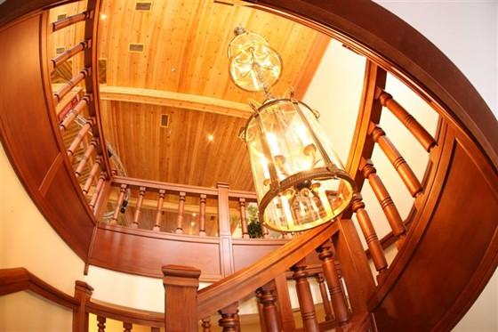 Ресторан Красный кабачок - фотография 11 - Лестница, ведущая на 2 этаж.