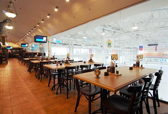 Ресторан Козловица - фотография 7 - Панорамный вид на хоккейную площадку
