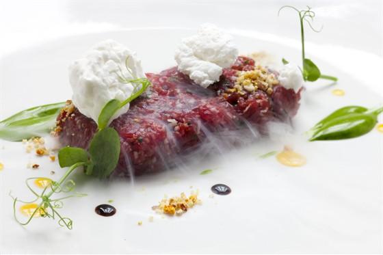 Ресторан Simple Wine Bar - фотография 13 - Тар-тар из говядины, сервированный мороженым из хрена