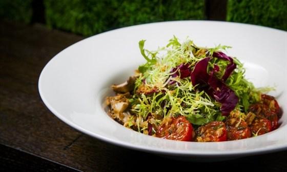 Ресторан Wicked - фотография 8 - Салат из теплых белых грибов, вяленых томатов и хрустящего лука.