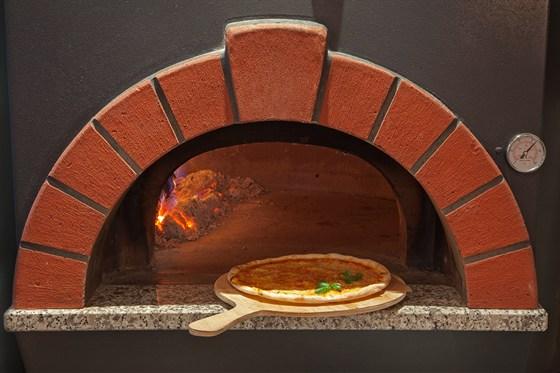 Ресторан Venerdi - фотография 7 - Пицца готовится в дровяной печи.