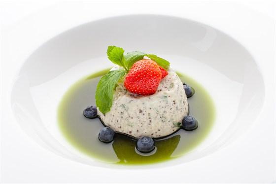 Ресторан Де Марко - фотография 38 - Семифредо - домашнее мороженое с горьким шоколадом и зеленью тархуна, подается со свежими ягодами