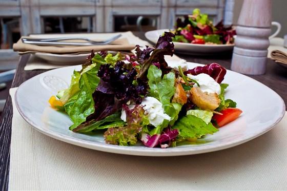 Ресторан Fat Cat - фотография 25 - салат с козьим сыром и белыми гренками