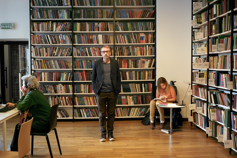 женщины фото в библиотеке данной
