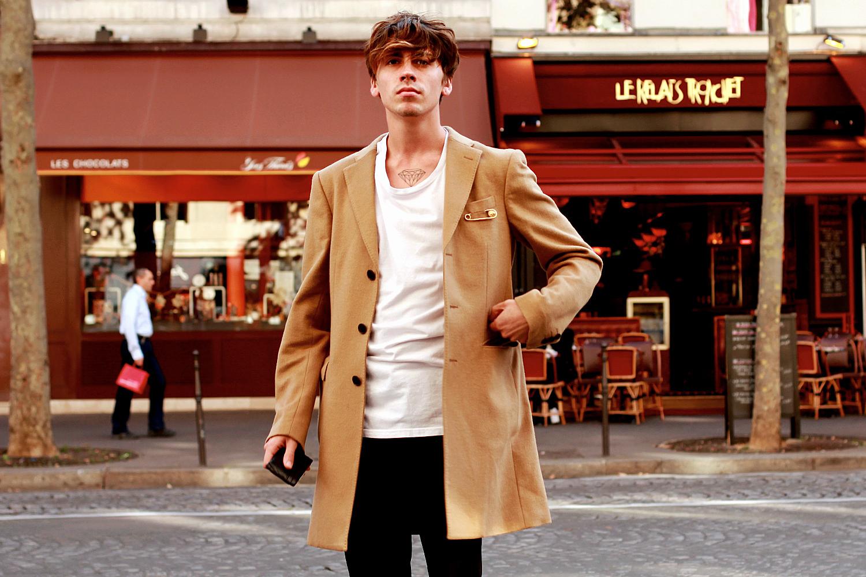 На Сергее: пальто COS, футболка H&M, брошь Versus Versace