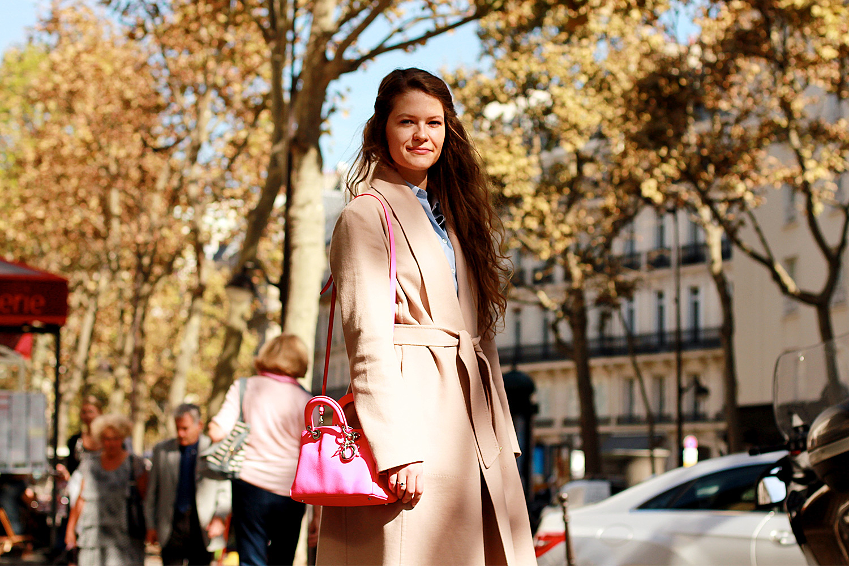 На Алисе: пальто Max Mara, рубашка Brooks Brothers, cумка Dior, джинсы Mexx Jeans
