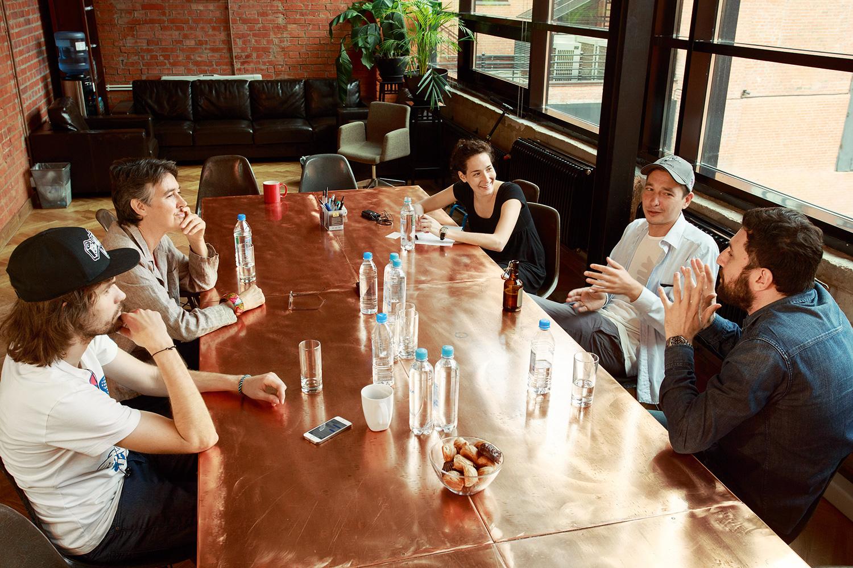 Cлева направо: музыкант Иван Noize MC Алексеев, журналист Хелен Уомак, Ася Чачко («Афиша»), журналист Игорь Компаниец, комик Тимур Каргинов