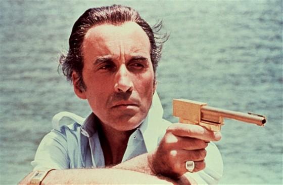 Человек с золотым пистолетом смотреть фото
