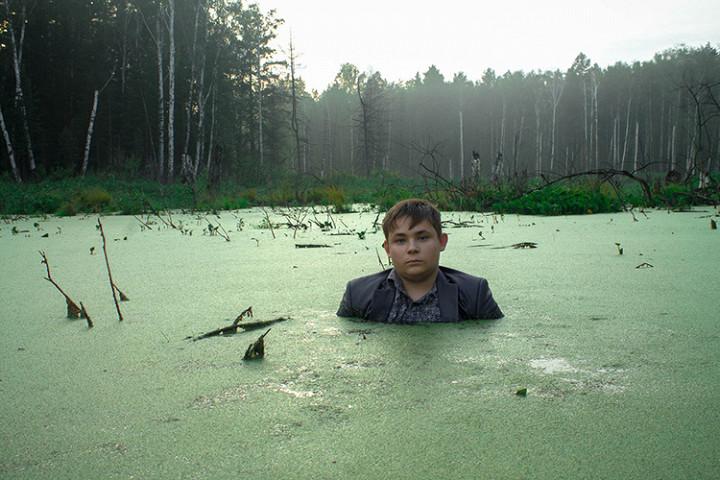 Мальчик в болоте