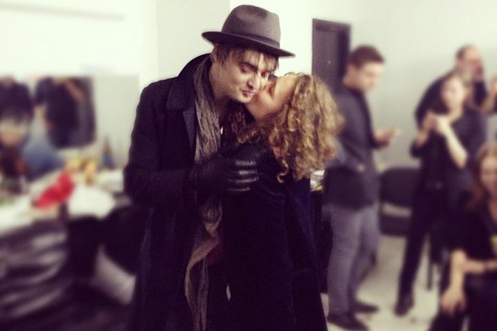 Маша Разумовская целует Пита Доэрти в гримерке одного из московских клубов