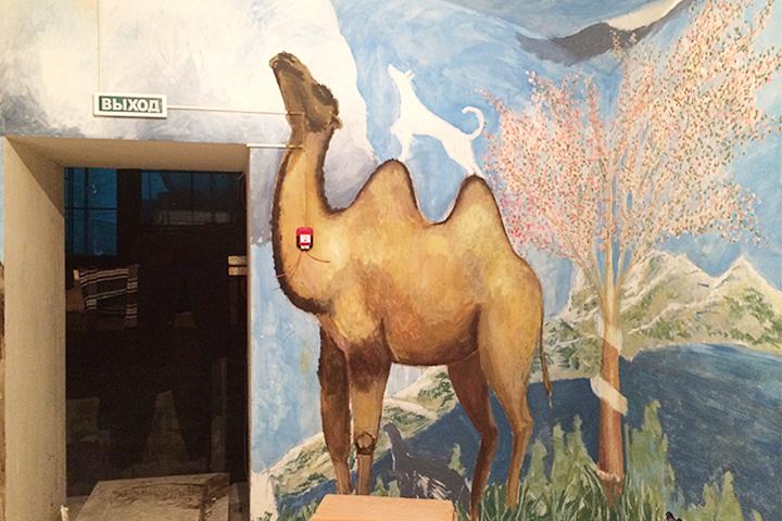 Верблюд в детской комнате. Автор – Алексей Сергеев