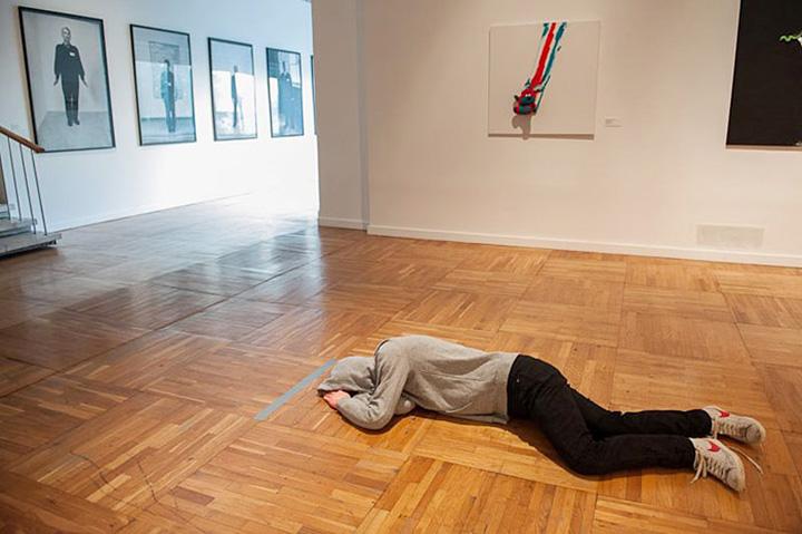 «Мечтатель» Арсения Жиляева вызвал возмущение посетителей Третьяковки — ведь они не могут позволить себе прилечь на полу музея