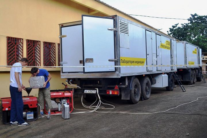 Номера фуры «Роспотребнадзора» — саратовские. Дело в том, что в Гвинее работает несколько сотрудников саратовского НИИ «Микроб», важного элемента так называемой Противочумной службы России