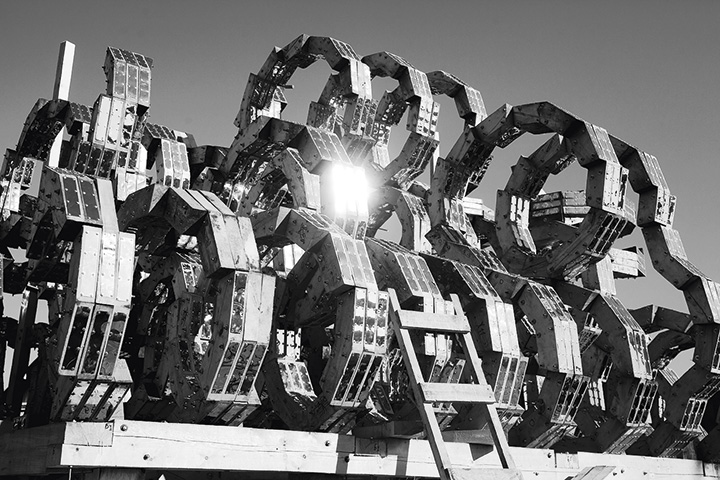 Деревянные конструкции Николая Полисского неразрывно связаны с фестивалем «Архстояние» в Никола-Ленивце, но, чтобы посмотреть на «Блестящую мысль», не нужно ехать за двести километров
